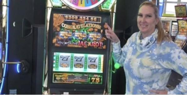 En transit à l'aéroport de Las Vegas, elle remporte un jackpot de 302,000$ !